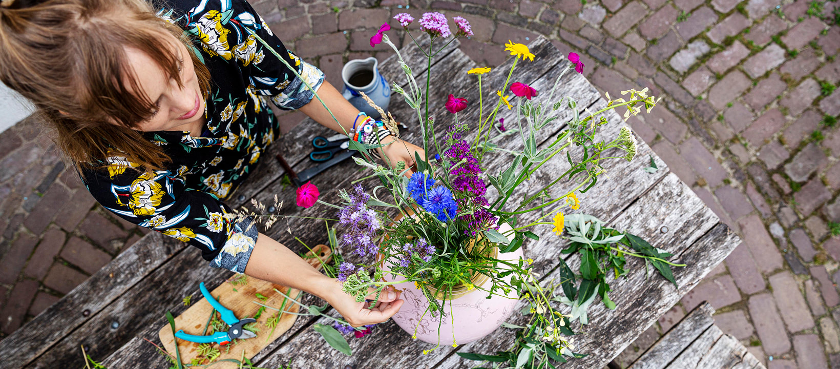 House of Thol: Jana arranging flowers // photograph by Gaav Content